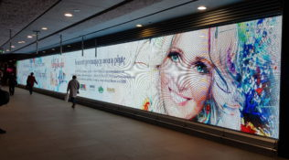 Reklama koncertu POGODA NA DOM na stacji METRO ŚWIĘTOKRZYSKA
